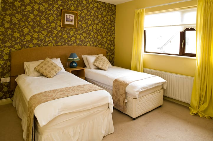 Twin Room Only 10 mins to Airport ! - Donabate - Dom