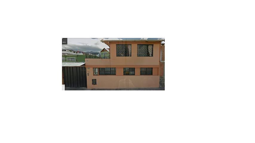 Habitación independiente con baño en Quito Norte