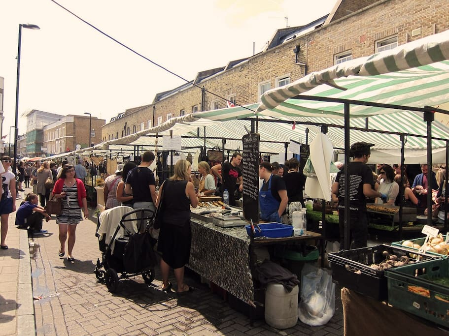 Broadway Market happens every Saturday: street food, vintage retailers, live music, regional products (don't miss incredible Italian cheese stand), wine shops, best coffee, independent fashion designers, book stores, etc.