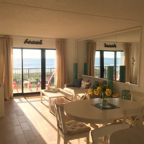 NEWBEACHFRONT LARGE BALCONY AND VIEWS OF PARADISE!