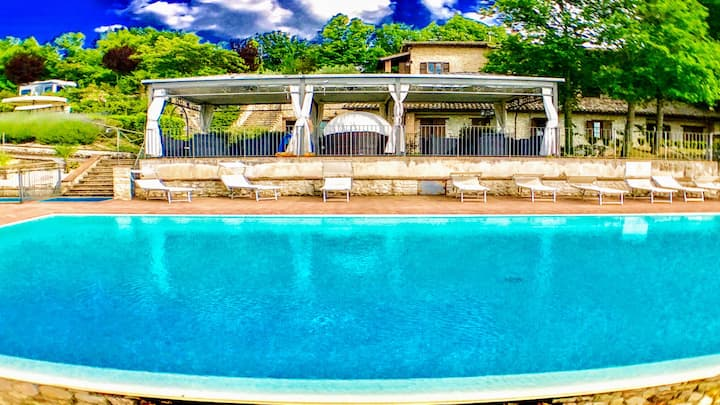 WHOLE OF : SPOLETO BY THE POOL/sleeps 24/12 bedrms
