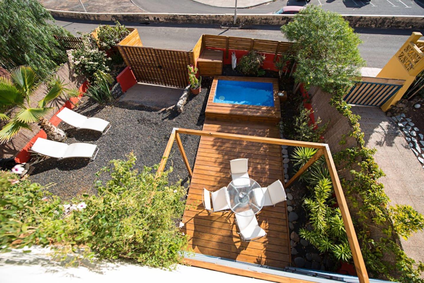 Villa pareada con jardín y pisicina con vistas al mar.
