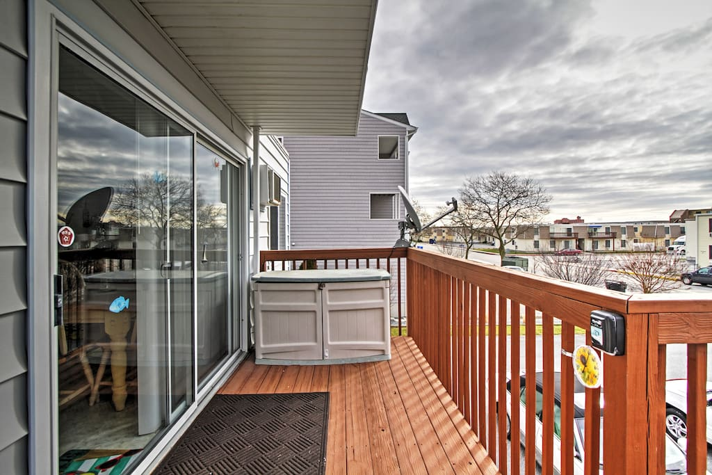 This 2-bed, 1-bath vacation rental condo sits 5 blocks from the beach.