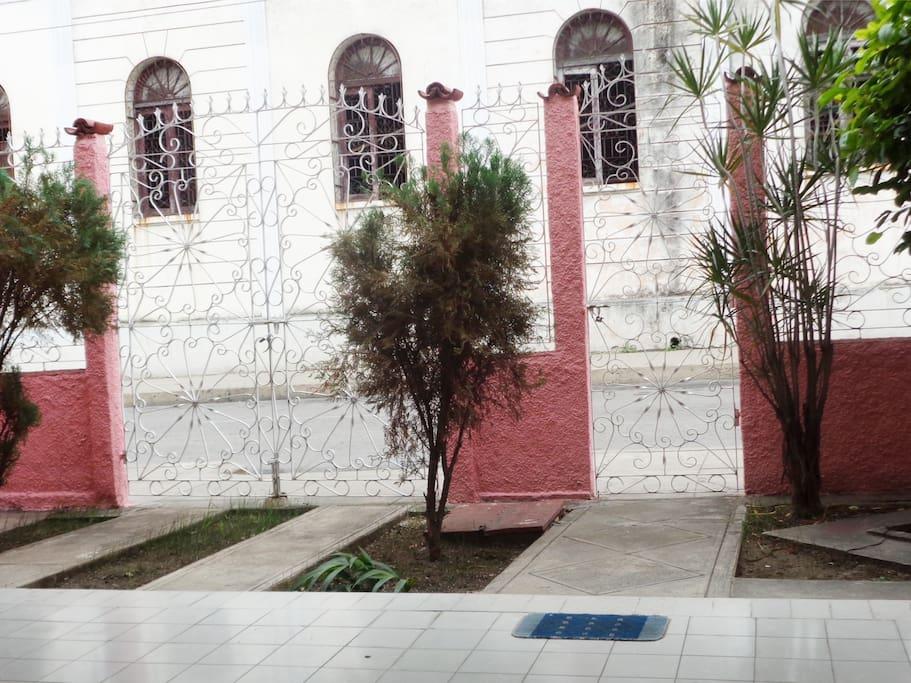 Garden of the hostel, entrance of the garage and street view. Jardín del hostal , entrada del garaje y  vista de la calle.