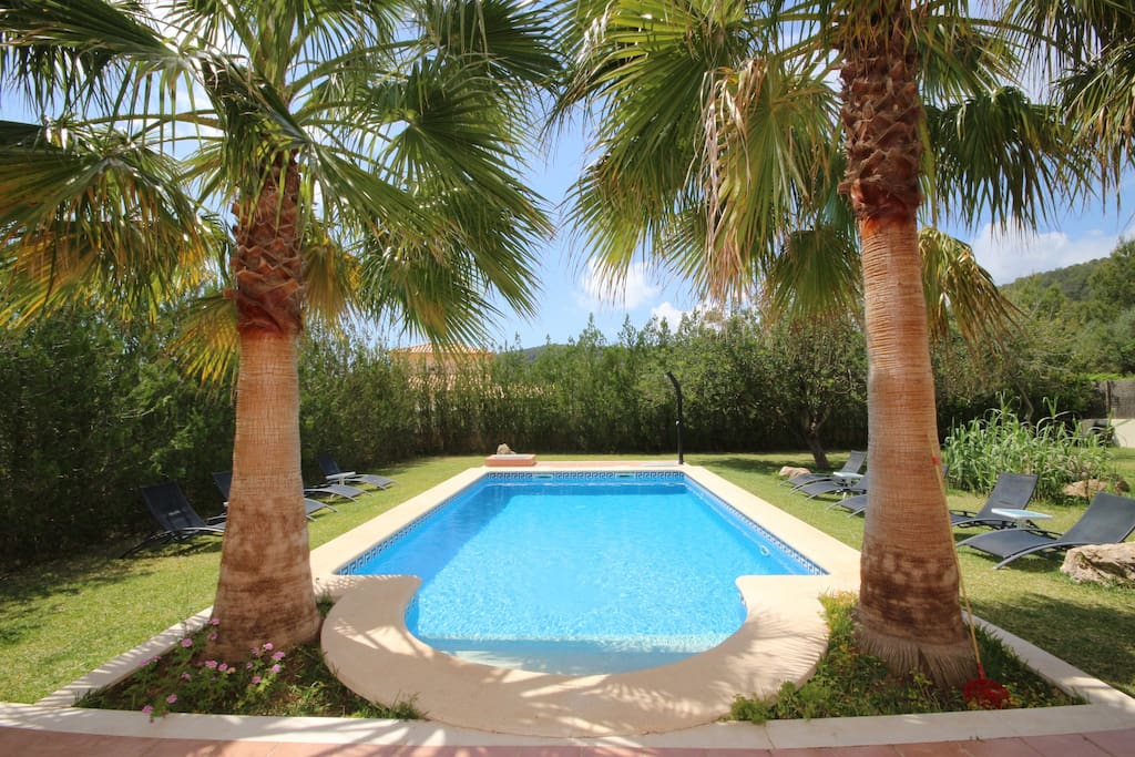 Villa in Sa Pobla has 5 bedrooms and has capacity for 10 people. Nice views of the mountain and the garden.