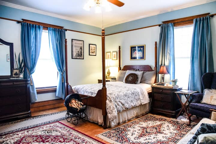 Spacious room in historic 100 yr old home