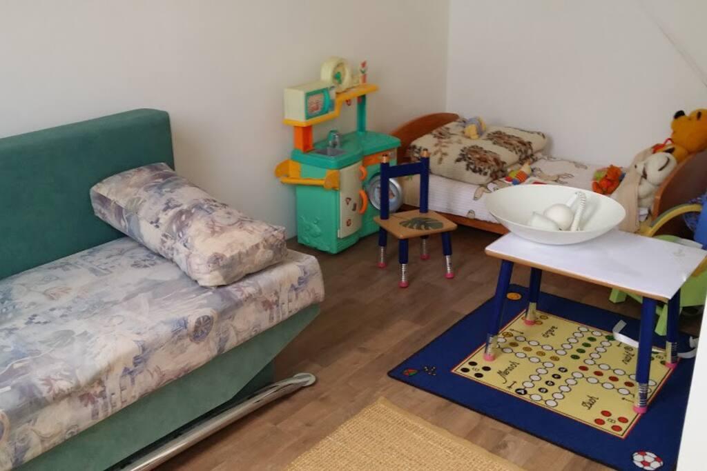 Spielecke für Kinder, und zusätzlich eine Doppelbett Schlafcouch sowie ein Kinderbett