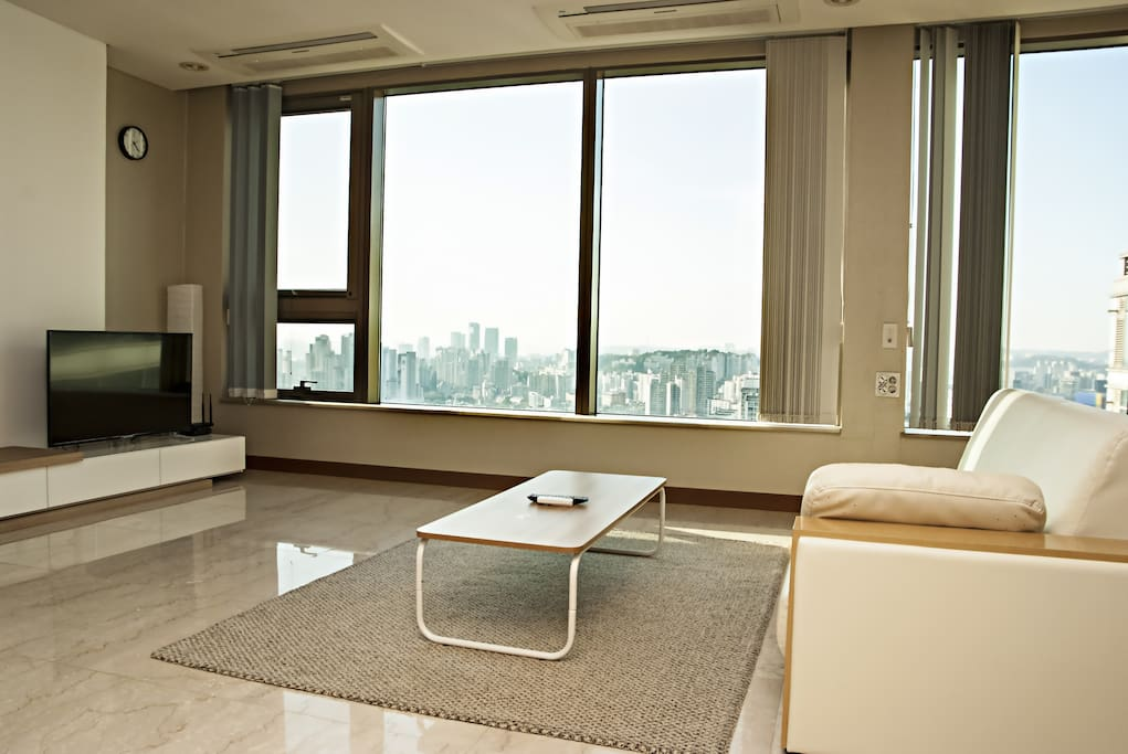 Living room to gather with friends, watch TV and enjoy the magnificent Han River view