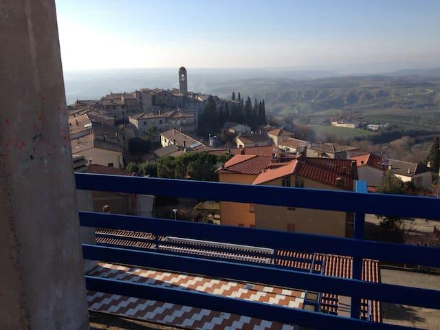 Casa Vacanze ESTIVE - Montecchio - Hus