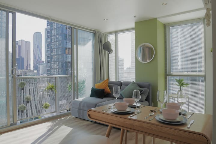 *Be Safe and Relax Melb City Views* 2Bdr&1Bath