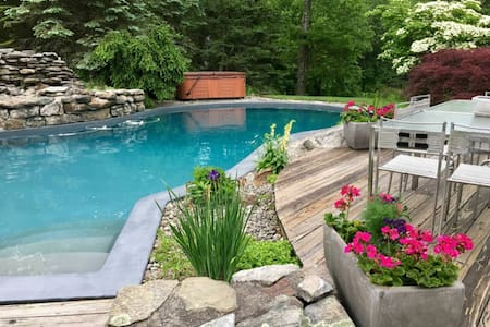 Country-chic cabin hot tub~pool~garden ~ views