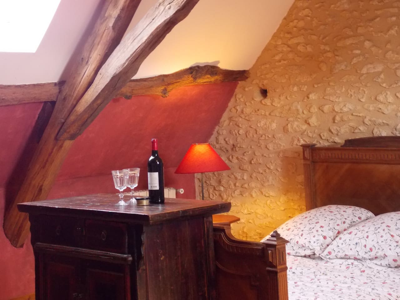 Lovely high ceilings and oak beams. Georgeous 40 m2 bedroom in the loft.