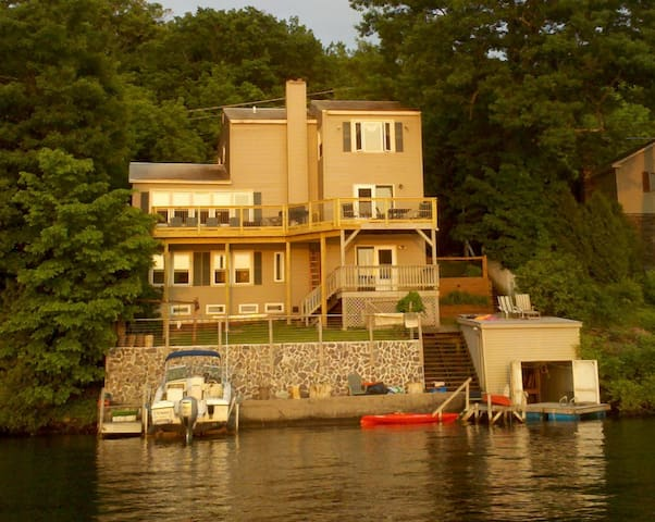 Spacious Lakehouse, Available for Weekly rentals - Castleton - 단독주택