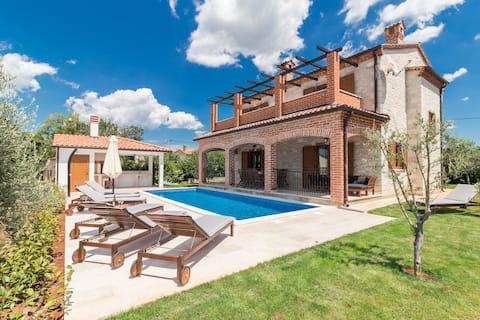 Villa Ingrid - Nieuwe villa met zwembad in Porec