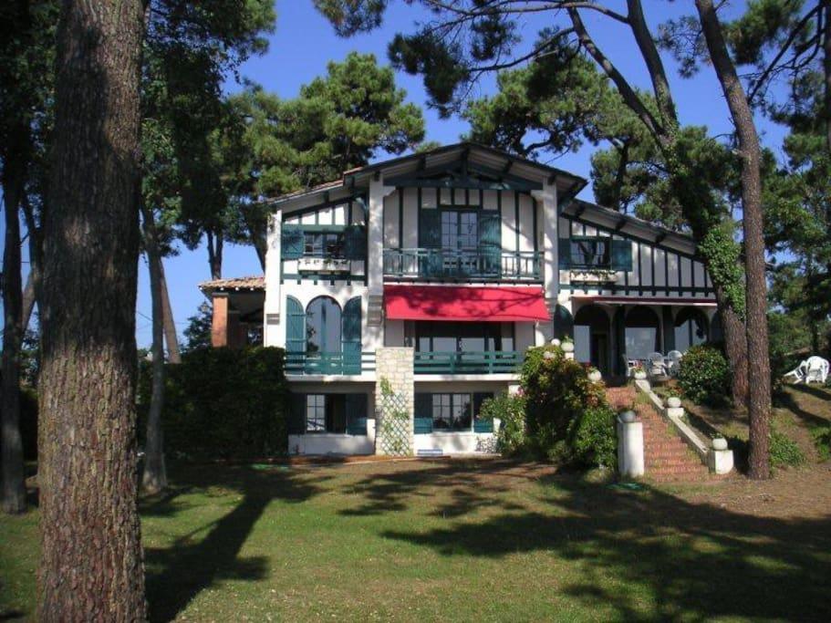 L'appartement est au rez de chaussée d'une grande villa