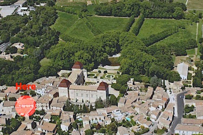 Vue aérienne de Castries, la rue du château où vous serez à côté du château et de son parc ouvert au public