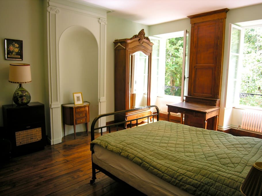 The Green room (with bathroom) / La chambre verte