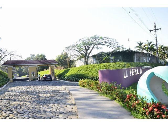 Ingreso principal de Residenciales la Perla km. 185 Carretera a Quetzaltenango.