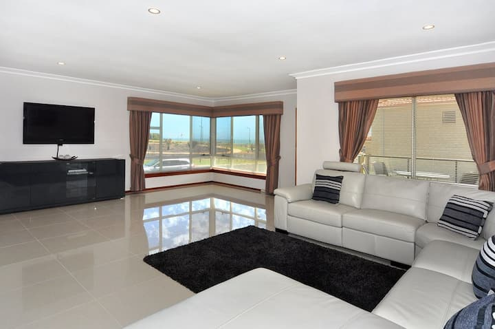Beachside apartment with Ocean views