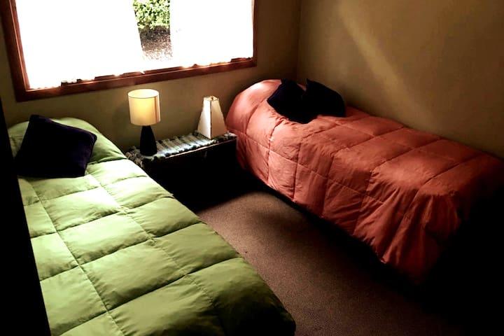 Dormitorio doble en planta baja. Dispone de un armario amplio a los pies de las camas (no se visualiza en la foto). Cuenta con calefacción individual por tiro balanceado.