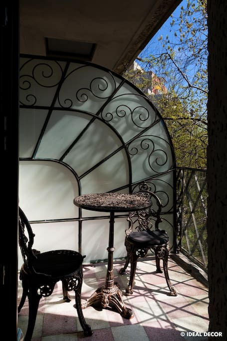 Balcony with coffee table and a splendid view into Cismigiu park