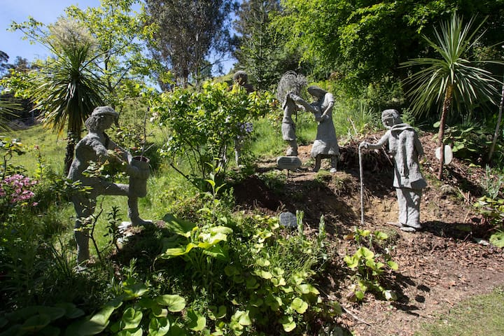 Statues of 4 generations are gathering to plant a tree for their new family member.