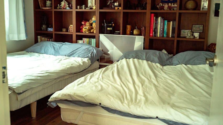 침실2(더블베드 두개와 서재)