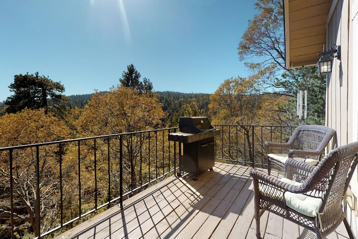 Adorable Mountain Cabin w/ Spectacular Views, Free WiFi, & a Private Deck