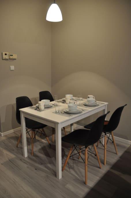 Apartament przy Ratuszu - miejsce na posiłki