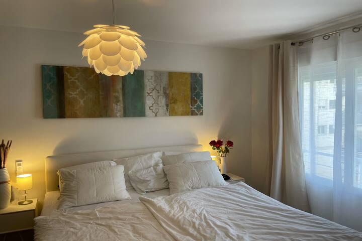 WohnungAltea Schlafzimmer. mit 2 Betten, 2,10m lang - Boxspringbett der Fa. Auping