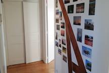 Le petit couloir partant de la pièce principale et desservant les toilettes, la salle de bain et la chambre n°1