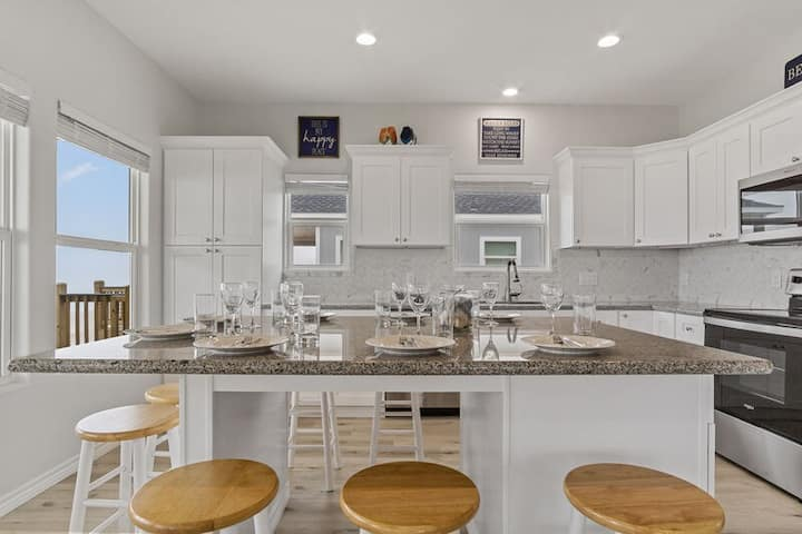 Pelican Shores Brand NEW! Ocean front! 3 BR and 2 BTH, Gourmet kitchen Awesome Deck