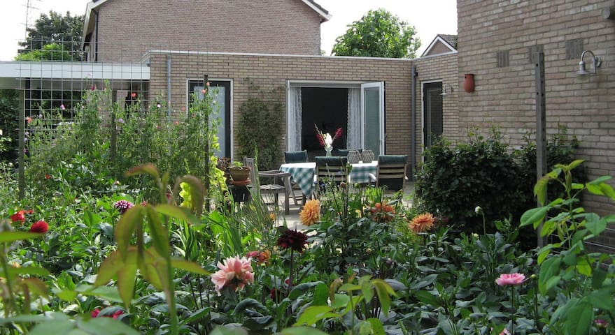 Spacious private room with private facilities - Zetten - Aamiaismajoitus