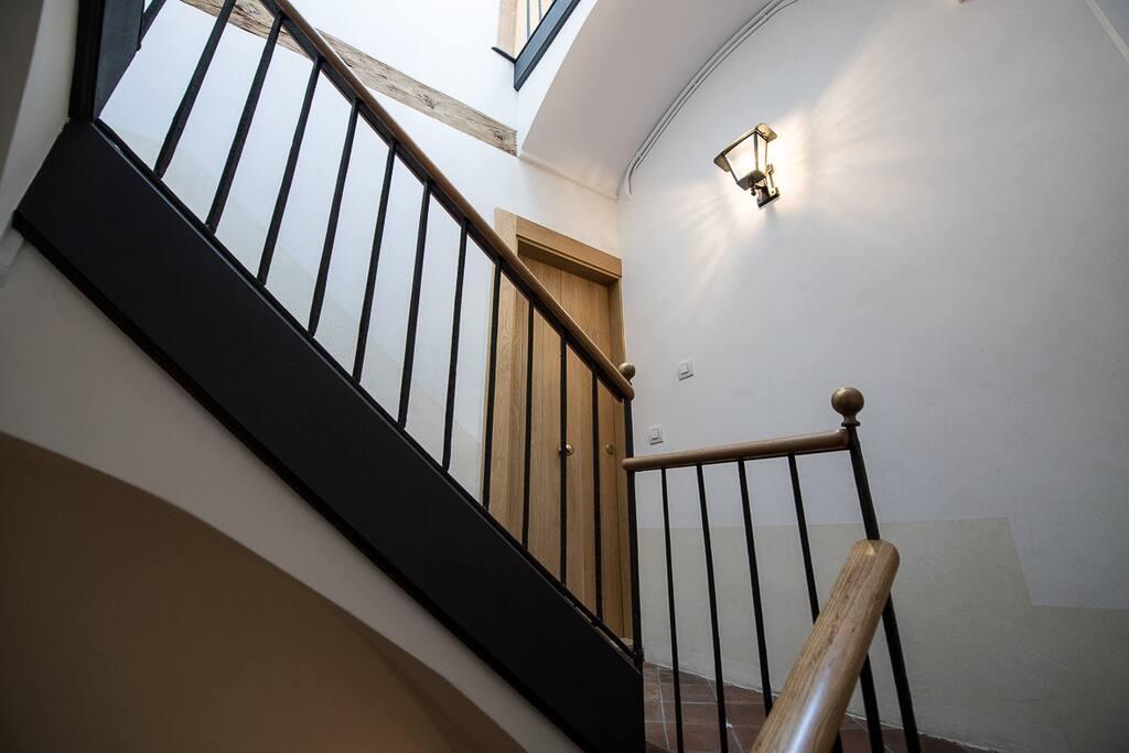 Puerta de la vivienda desde la escalera de acceso
