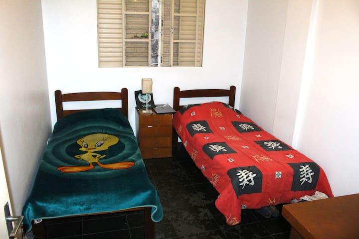 A cama disponível é a da esquerda, com manta do Piu-Piu.