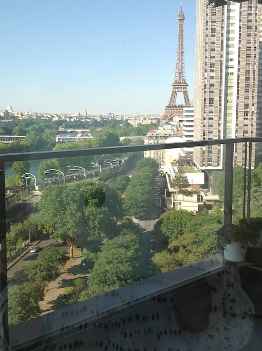 La Tour Eiffel et les berges de la Seine vues de la troisième terrasse