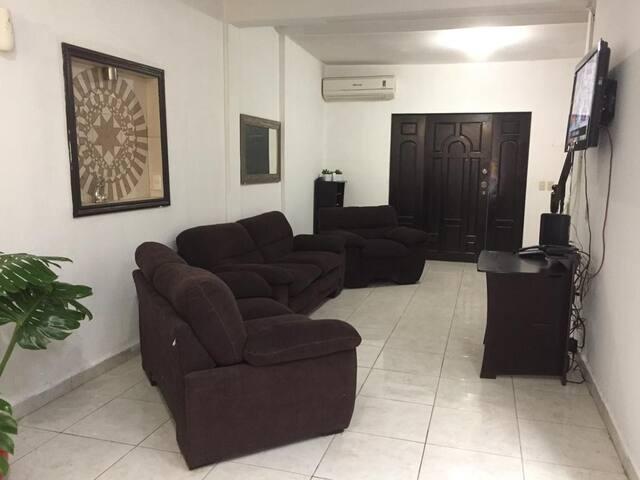 Amplia y cómoda Sala, con Televisor, Mini Split.