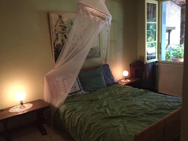 Agréable chambre 2 à grand lit.