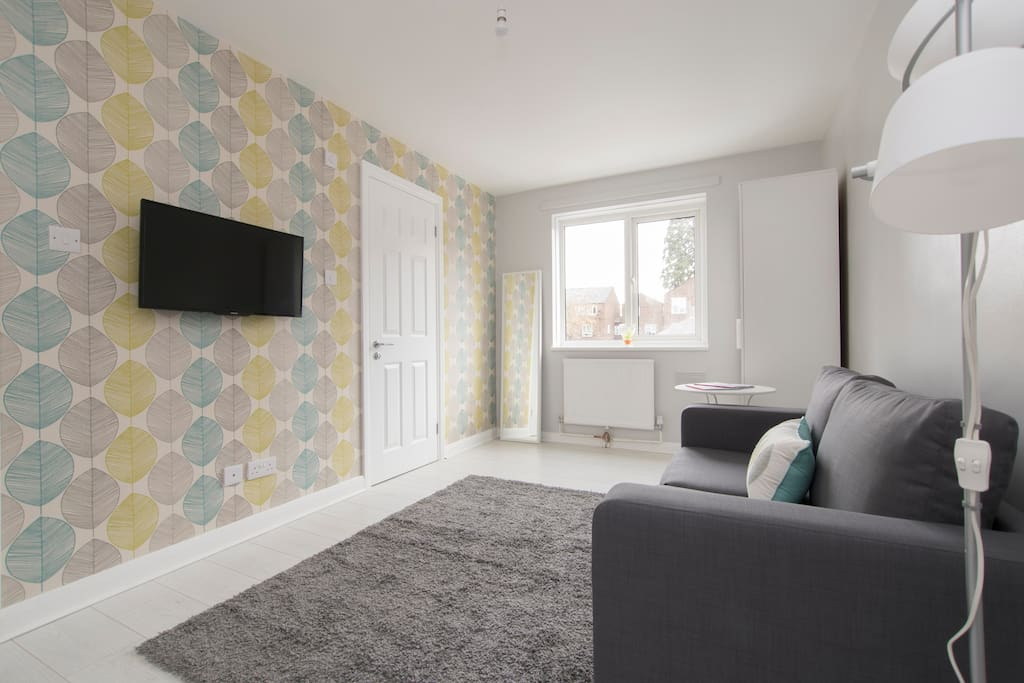 """Teal Studio - Compact, modern all with 32"""" flat screen TV with Sky Package"""