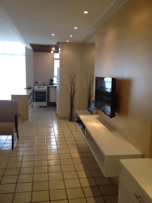 Sala ampla com decoração moderna, tv em LCD. NET vários canais, internet wi-fi.