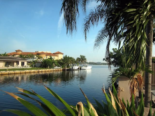 Waterfront Gated Pool 5bed/3bath