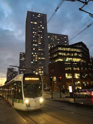 楼下还有城市轻轨T3a,交通非常方便。En bas se trouve T3a sur le tramway, le trafic est très pratique.
