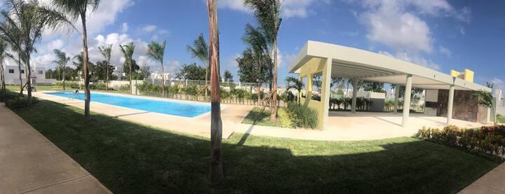 Habitación con baño privado y piscina residencial