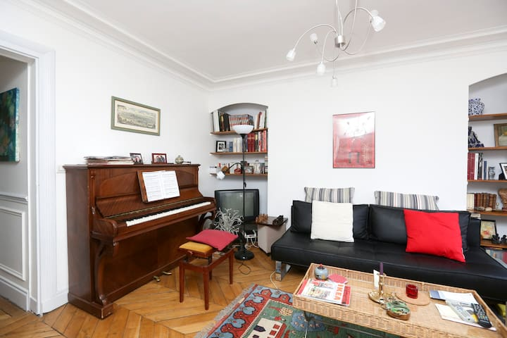 le salon                   the living room with piano