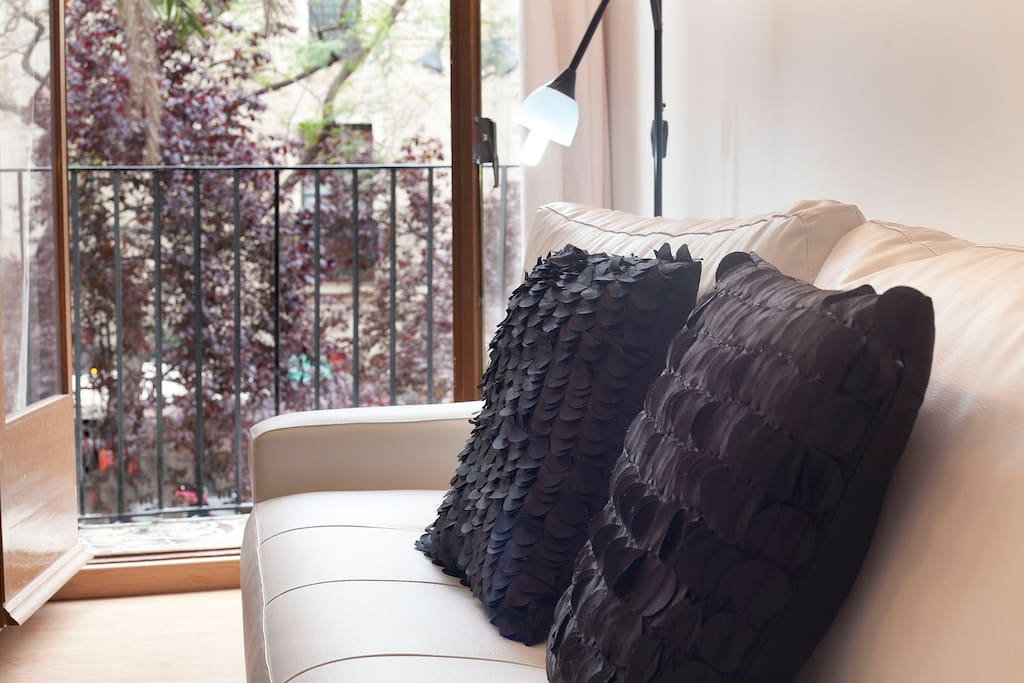 Amplio y luminoso salón con sofá cama y pequeño balcón