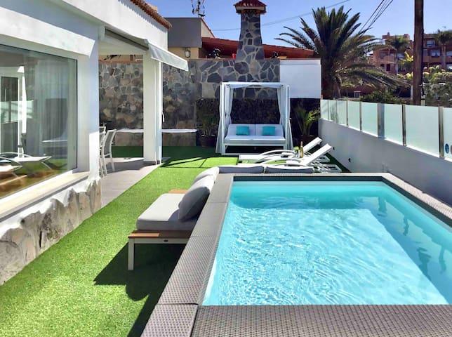 Villa BAHIA AZUL. Heated Pool, BBQ, A/C,Sea Front
