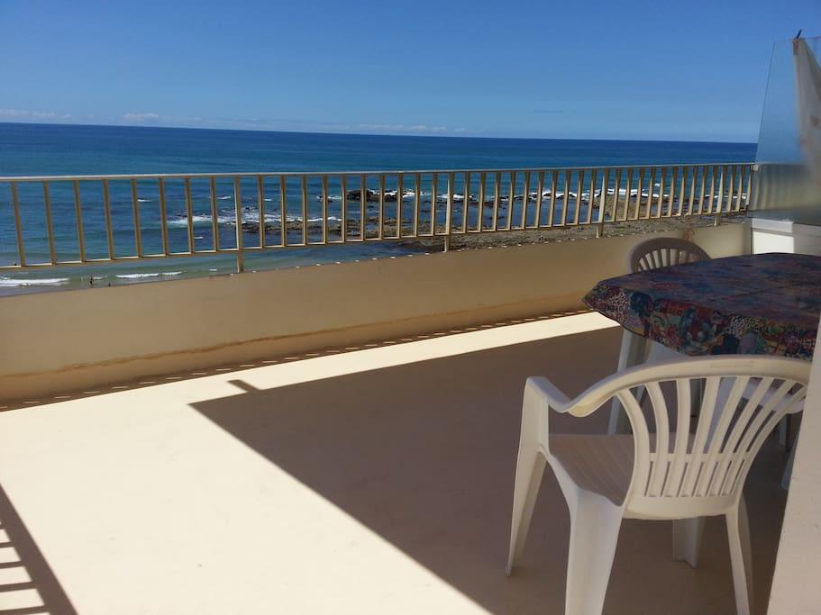 Une grande terrasse ensoleillée pour prendre ses repas ou bronzer / a large sunny terrace for meals or sunbaths