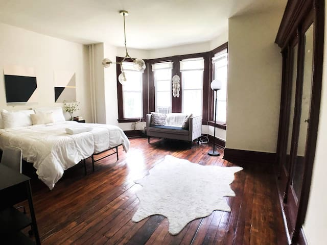 Sunny & Spacious Bedroom - Welcome to Philly!