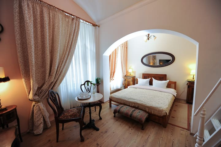 Antic style cozy apartment in the center