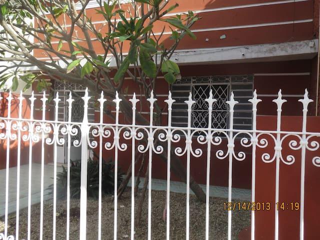 Casa de Flores en 70 Santiago Plaza - Merida - House